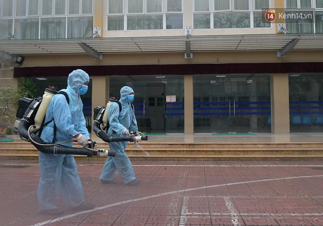 Cận cảnh quá trình phun sát khuẩn phòng thi, điểm thi THPT Quốc gia 2020 tại Hà Nội - ảnh 2