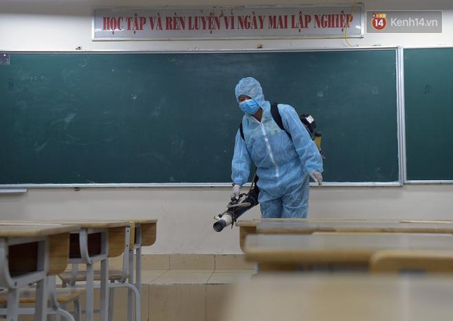 Cận cảnh quá trình phun sát khuẩn phòng thi, điểm thi THPT Quốc gia 2020 tại Hà Nội - ảnh 4