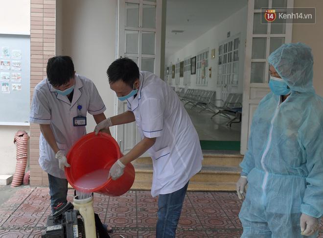 Cận cảnh quá trình phun sát khuẩn phòng thi, điểm thi THPT Quốc gia 2020 tại Hà Nội - ảnh 5