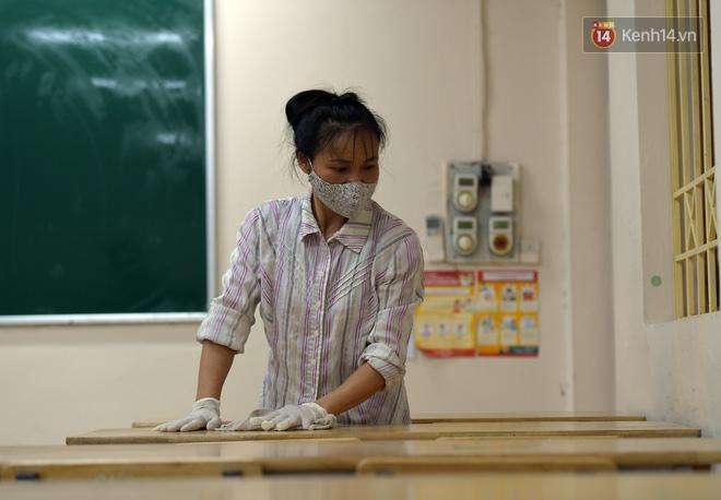 Cận cảnh quá trình phun sát khuẩn phòng thi, điểm thi THPT Quốc gia 2020 tại Hà Nội - ảnh 9