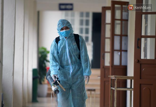 Cận cảnh quá trình phun sát khuẩn phòng thi, điểm thi THPT Quốc gia 2020 tại Hà Nội - ảnh 3