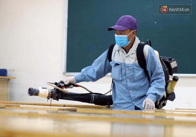 Cận cảnh quá trình phun sát khuẩn phòng thi, điểm thi THPT Quốc gia 2020 tại Hà Nội - ảnh 12