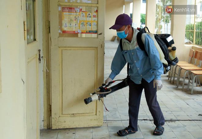 Cận cảnh quá trình phun sát khuẩn phòng thi, điểm thi THPT Quốc gia 2020 tại Hà Nội - ảnh 14