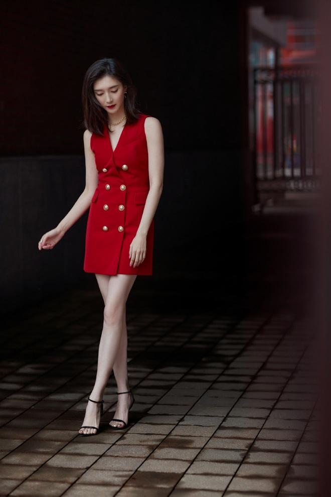 Mạn Ni (30 Chưa Phải Là Hết) khoe chân thon đẹp mê nhưng lối ăn vận lại tách biệt thấy rõ với gái đôi mươi Sana (Twice) - ảnh 8