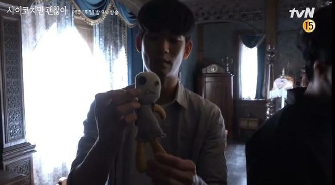 """Lộ tình tiết """"anh trai khờ"""" bị mẹ Seo Ye Ji ép cung đến ngất lịm tại hậu trường Điên Thì Có Sao - ảnh 6"""