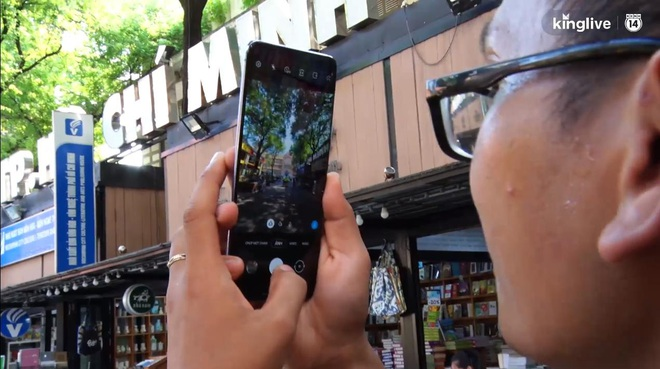 Giới trẻ phản ứng thế nào khi được trải nghiệm smartphone phiên bản BTS? - ảnh 3