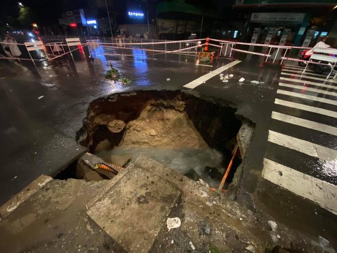 Sau cơn mưa lớn, xuất hiện hố tử thần khổng lồ ngay ngã tư ở Sài Gòn - ảnh 1
