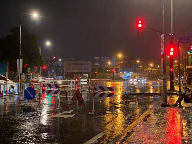 Sau cơn mưa lớn, xuất hiện hố tử thần khổng lồ ngay ngã tư ở Sài Gòn - ảnh 2