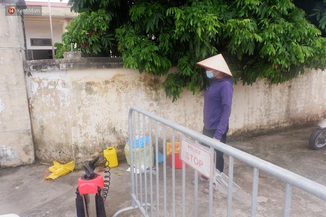 Hà Nội: Thành lập 3 chốt kiểm dịch, phun khử khuẩn toàn thôn nơi bệnh nhân Covid-19 sinh sống - ảnh 1