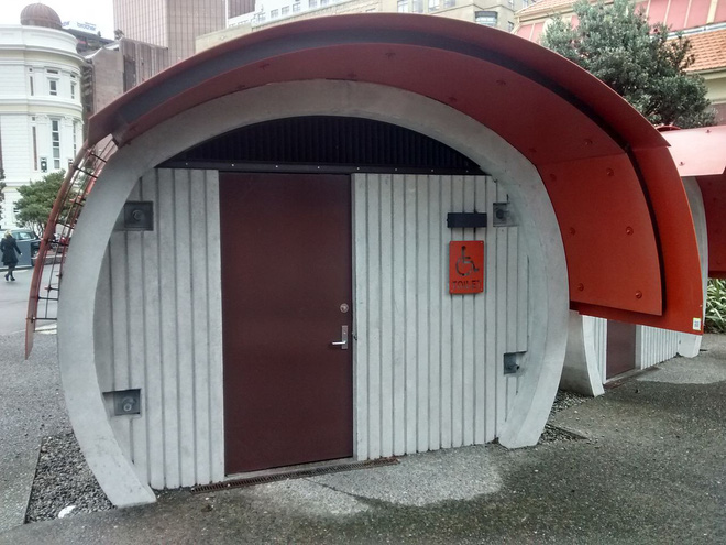 """Những thiết kế nhà vệ sinh như """"đến từ hành tinh khác"""", quái dị tới mức du khách chẳng dám bước chân vào trải nghiệm - Ảnh 9."""