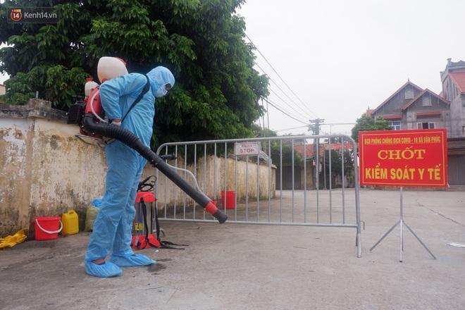 Hà Nội: Thành lập 3 chốt kiểm dịch, phun khử khuẩn toàn thôn nơi bệnh nhân Covid-19 sinh sống - ảnh 2