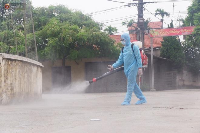 Hà Nội: Thành lập 3 chốt kiểm dịch, phun khử khuẩn toàn thôn nơi bệnh nhân Covid-19 sinh sống - ảnh 3