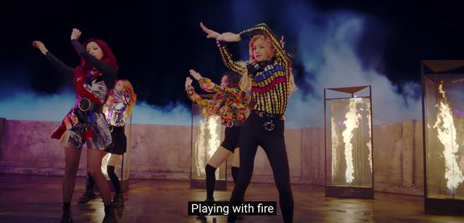 Khổ thân BLACKPINK: Ngồi không cũng bị nhóm nam đàn em cùng nhà đá xéo trong MV debut, tình chị em có chắc bền lâu? - ảnh 1