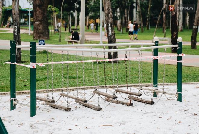 Người lớn vẫn để trẻ em vào khu vui chơi tại công viên ở Sài Gòn dù đã có thông báo tạm dừng hoạt động để phòng dịch Covid-19 - ảnh 6
