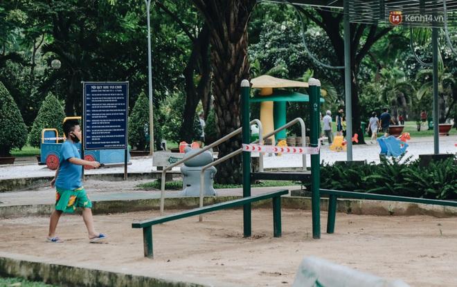 Người lớn vẫn để trẻ em vào khu vui chơi tại công viên ở Sài Gòn dù đã có thông báo tạm dừng hoạt động để phòng dịch Covid-19 - ảnh 5