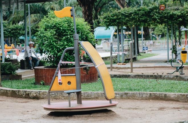 Người lớn vẫn để trẻ em vào khu vui chơi tại công viên ở Sài Gòn dù đã có thông báo tạm dừng hoạt động để phòng dịch Covid-19 - ảnh 4