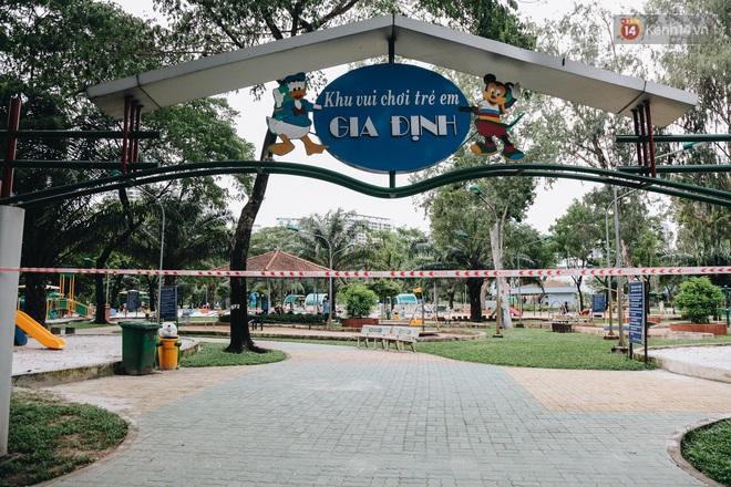 Người lớn vẫn để trẻ em vào khu vui chơi tại công viên ở Sài Gòn dù đã có thông báo tạm dừng hoạt động để phòng dịch Covid-19 - ảnh 1