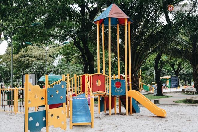 Người lớn vẫn để trẻ em vào khu vui chơi tại công viên ở Sài Gòn dù đã có thông báo tạm dừng hoạt động để phòng dịch Covid-19 - ảnh 3