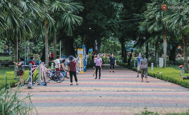 Người lớn vẫn để trẻ em vào khu vui chơi tại công viên ở Sài Gòn dù đã có thông báo tạm dừng hoạt động để phòng dịch Covid-19 - ảnh 13