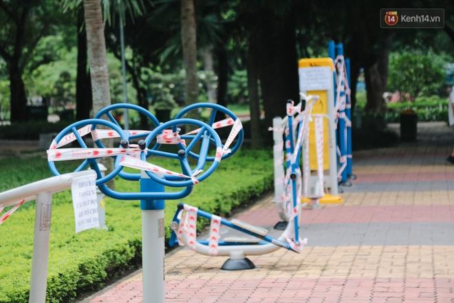Người lớn vẫn để trẻ em vào khu vui chơi tại công viên ở Sài Gòn dù đã có thông báo tạm dừng hoạt động để phòng dịch Covid-19 - ảnh 16