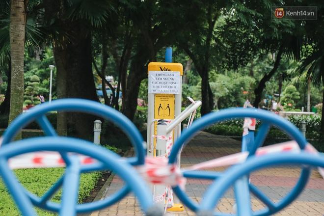Người lớn vẫn để trẻ em vào khu vui chơi tại công viên ở Sài Gòn dù đã có thông báo tạm dừng hoạt động để phòng dịch Covid-19 - ảnh 14
