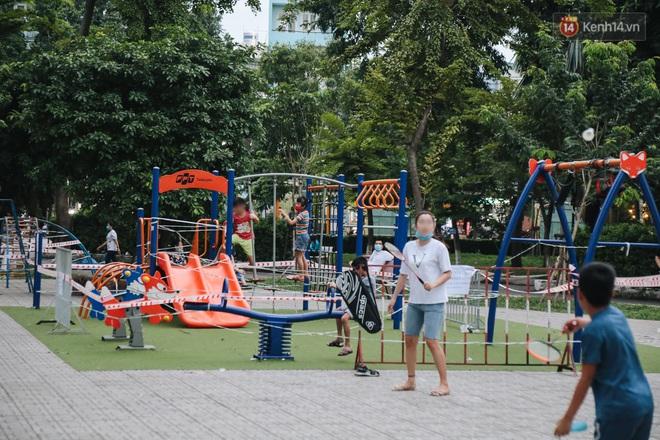 Người lớn vẫn để trẻ em vào khu vui chơi tại công viên ở Sài Gòn dù đã có thông báo tạm dừng hoạt động để phòng dịch Covid-19 - ảnh 7