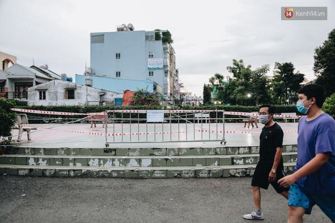 Người lớn vẫn để trẻ em vào khu vui chơi tại công viên ở Sài Gòn dù đã có thông báo tạm dừng hoạt động để phòng dịch Covid-19 - ảnh 9