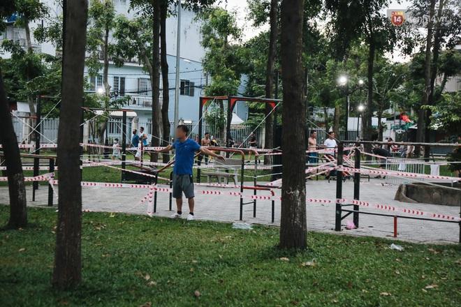 Người lớn vẫn để trẻ em vào khu vui chơi tại công viên ở Sài Gòn dù đã có thông báo tạm dừng hoạt động để phòng dịch Covid-19 - ảnh 12