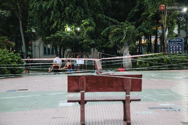 Người lớn vẫn để trẻ em vào khu vui chơi tại công viên ở Sài Gòn dù đã có thông báo tạm dừng hoạt động để phòng dịch Covid-19 - ảnh 11