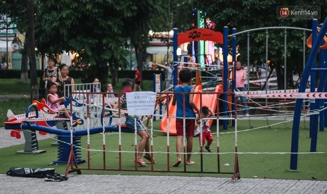 Người lớn vẫn để trẻ em vào khu vui chơi tại công viên ở Sài Gòn dù đã có thông báo tạm dừng hoạt động để phòng dịch Covid-19 - ảnh 8