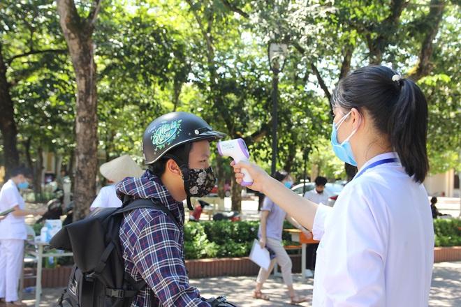Trời nắng nóng, nhiều thí sinh làm thủ tục thi THPT Quốc gia hoảng hốt khi nhiệt độ cơ thể lên tới 39 độ - ảnh 2