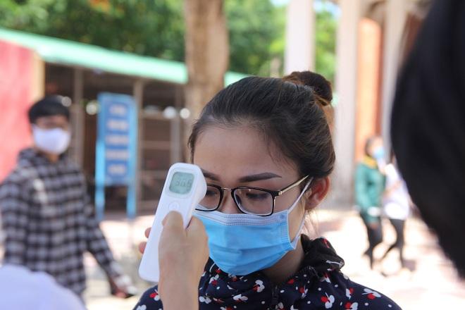 Trời nắng nóng, nhiều thí sinh làm thủ tục thi THPT Quốc gia hoảng hốt khi nhiệt độ cơ thể lên tới 39 độ - ảnh 5