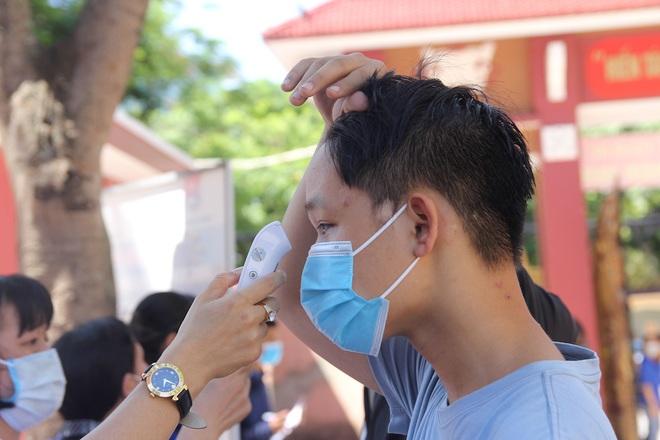 Trời nắng nóng, nhiều thí sinh làm thủ tục thi THPT Quốc gia hoảng hốt khi nhiệt độ cơ thể lên tới 39 độ - ảnh 6