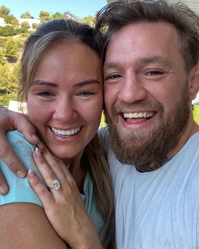 Gã điên Conor McGregor đính hôn với bạn gái Dee Devlin sau 12 năm bên nhau - ảnh 1