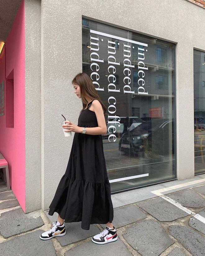 Cứ mix 5 kiểu váy sau với giày sneaker, bạn sẽ được nhân đôi vẻ sành điệu và xịn sò - ảnh 13