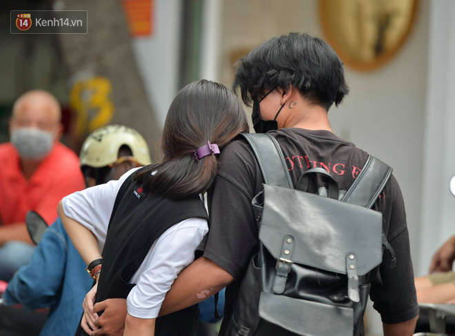 Khoảnh khắc rụng tim chiếm spotlight: Nữ sinh ôm chầm lấy bạn trai, ngọt ngào động viên sau khi THPT Quốc gia - ảnh 5