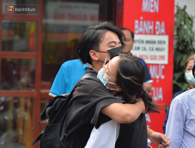 Khoảnh khắc rụng tim chiếm spotlight: Nữ sinh ôm chầm lấy bạn trai, ngọt ngào động viên sau khi THPT Quốc gia - ảnh 1