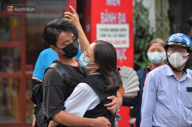 Khoảnh khắc rụng tim chiếm spotlight: Nữ sinh ôm chầm lấy bạn trai, ngọt ngào động viên sau khi THPT Quốc gia - ảnh 6