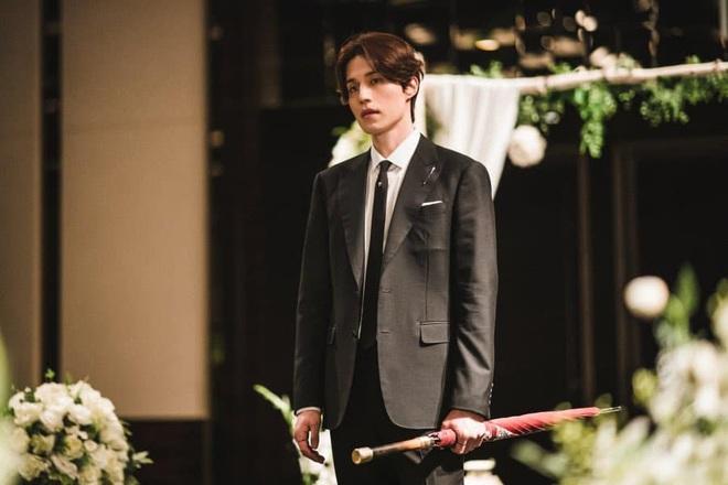 """""""Hồ ly"""" Lee Dong Wook đi phá đám cưới cũng đẹp vô thực, mê nhất là mái tóc bồng bềnh của """"anh chú"""" - Ảnh 1."""