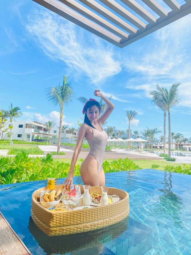 Công Vinh bị vợ bắt xuống bể bơi ăn sáng, body nóng bỏng của Thủy Tiên chiếm trọn spotlight - ảnh 3
