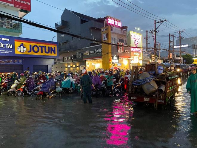 Nhiều tuyến đường Sài Gòn ngập lút bánh xe sau mưa lớn, nước chảy cuồn cuộn như lũ - Ảnh 13.