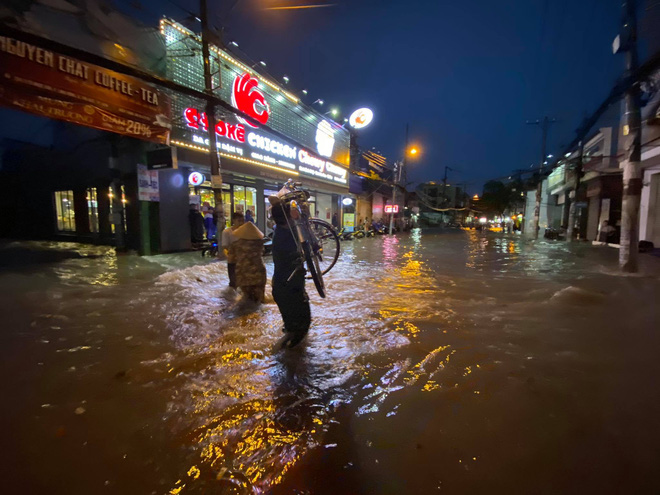Nhiều tuyến đường Sài Gòn ngập lút bánh xe sau mưa lớn, nước chảy cuồn cuộn như lũ - Ảnh 11.