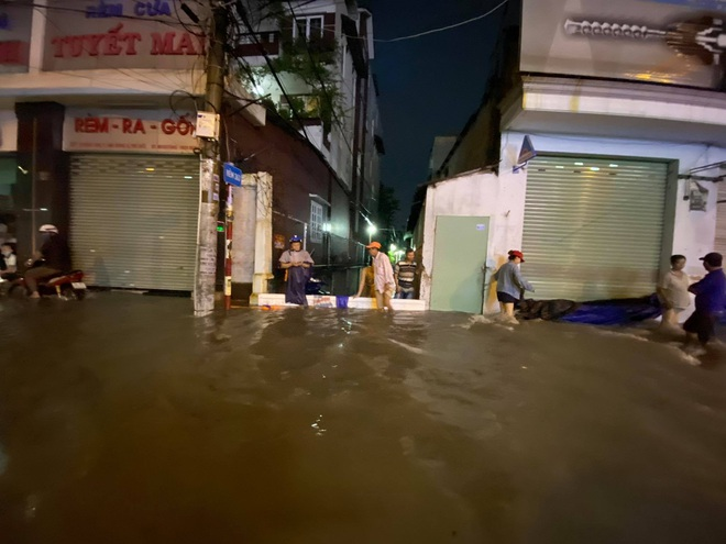 Nhiều tuyến đường Sài Gòn ngập lút bánh xe sau mưa lớn, nước chảy cuồn cuộn như lũ - Ảnh 8.