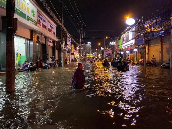Nhiều tuyến đường Sài Gòn ngập lút bánh xe sau mưa lớn, nước chảy cuồn cuộn như lũ - Ảnh 3.