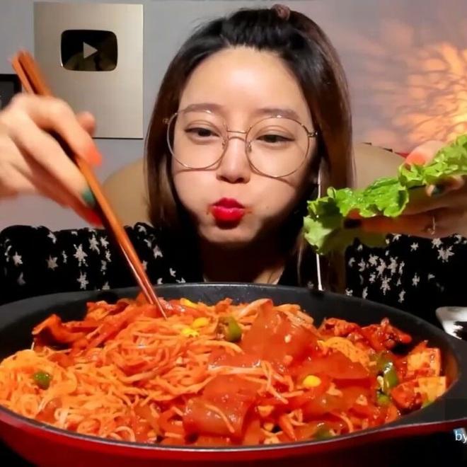"""7 nữ YouTuber mukbang đình đám nhất xứ kim chi hiện nay: Đọ số liệu mới thấy ai """"khủng"""" nhất, đi đôi với nổi tiếng là… tai tiếng - Ảnh 16."""
