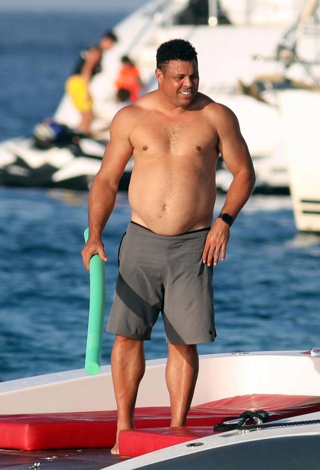 Ronaldo béo hé lộ từng bị CLB Real thuê riêng người giám sát để ngăn không cho tiệc tùng nhưng kết quả lại giúp anh có thêm bạn nhậu - ảnh 2