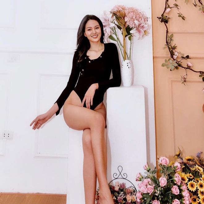 Tiếp tục series bikini của dàn thí sinh Hoa hậu: Khoe trọn chân dài 1m21, body chuẩn nhờ ăn kiêng và tập gym chăm chỉ - Ảnh 1.