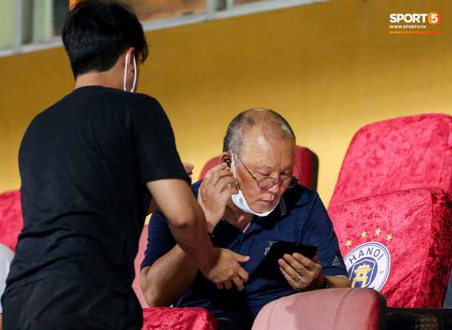 HLV Park Hang-seo gặp rắc rối với tai nghe không dây, phải cầu cứu trợ lý trẻ tuổi - ảnh 3