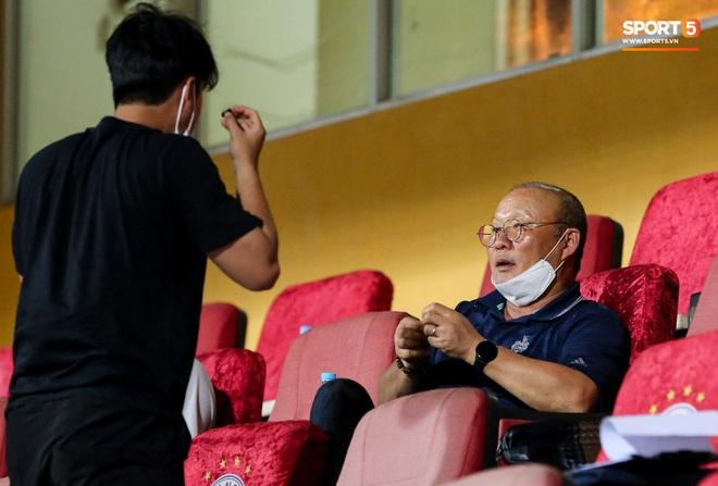 HLV Park Hang-seo gặp rắc rối với tai nghe không dây, phải cầu cứu trợ lý trẻ tuổi - ảnh 4