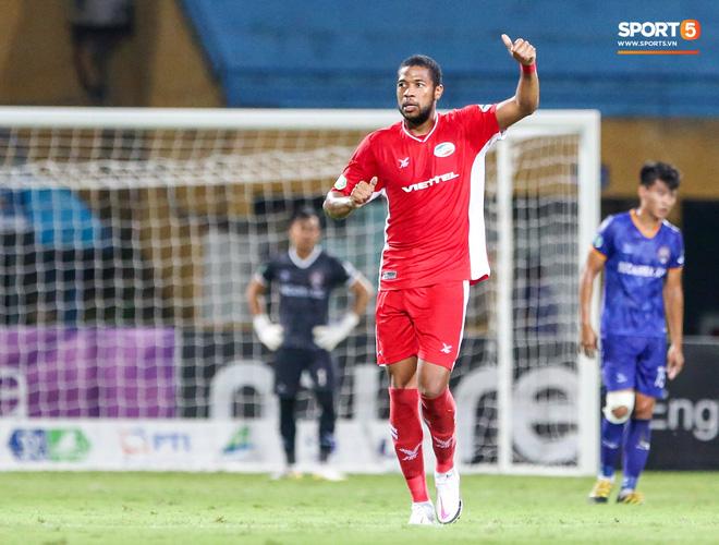 Đồng đội ghi 3 bàn trong 6 phút, Quế Ngọc Hải ăn mừng theo kiểu đấu võ - ảnh 1
